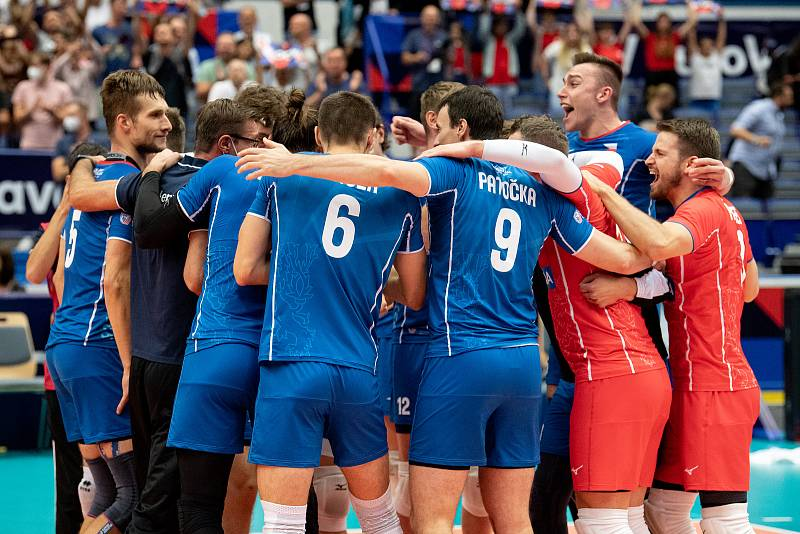 Utkání mistrovství Evropy volejbalistů - osmifinále: ČR - Francie, 13. září 2021 v Ostravě. český tým se raduje.