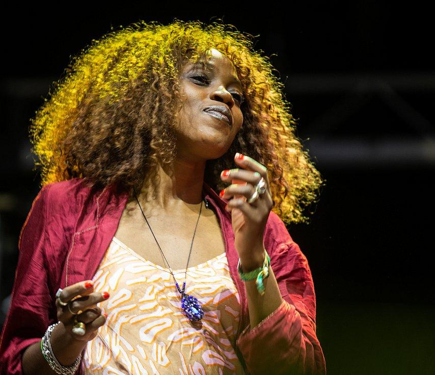 Hudební festival Colours of Ostrava 2019 v Dolní oblasti Vítkovice, 19. července 2019 v Ostravě. Doprovodná zpěvačka od Calypso Rose.
