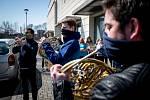 Orchestr opery Národního divadla moravskoslezského dnes udělal radost krejčovnám a dílnám  NDM, kde už třetí týden šijí textilní roušky, 2. dubna 2020 v Ostravě.