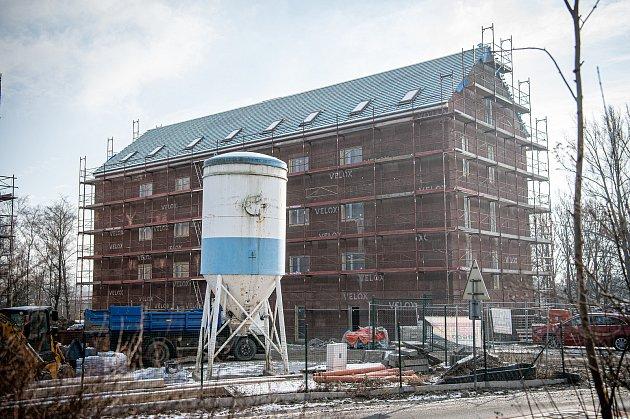 Nové rezidenční bydlení vHrabové roste před očima. Lidé se tam začnou stěhovat před letními prázdninami.
