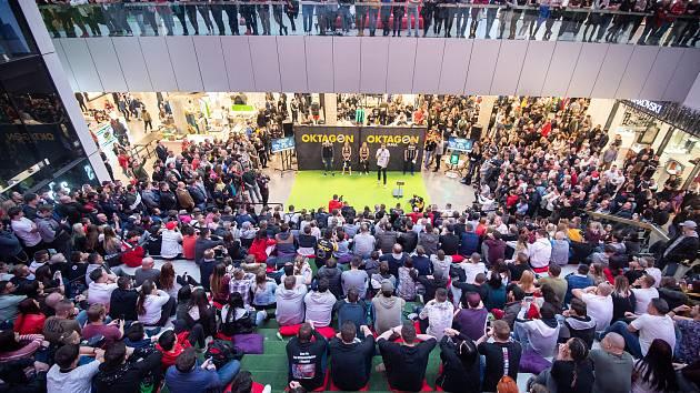 Veřejné vážení před sportovní show Oktagon, 15. března 2019 v Ostravě, OC Forum Nová Karolina.