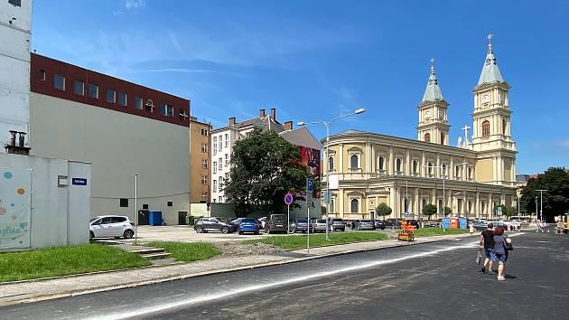 Místo za katedrálou Božského Spasitele kde má vyrůst nový parkovací dům až pro 300 aut.
