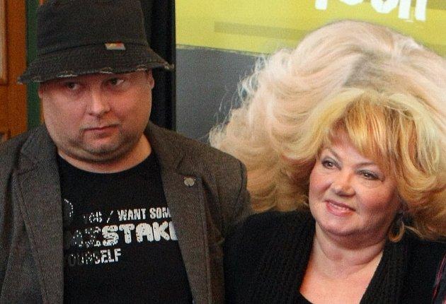 Adam Pavlík, syn Věry Špinarové, na snímku s mámou před jejím turné v roce 2013.