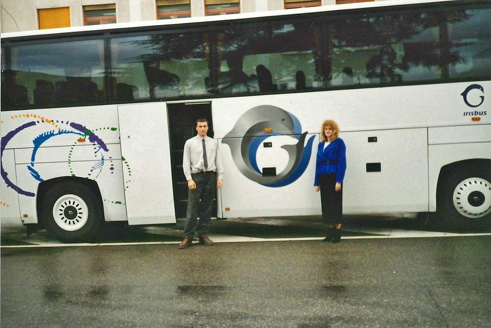 Předání autobusu IVECO v r. 1998 panem Lubošem Cekrem (nyní předseda představenstva) a paní Danou Schwarzovou.