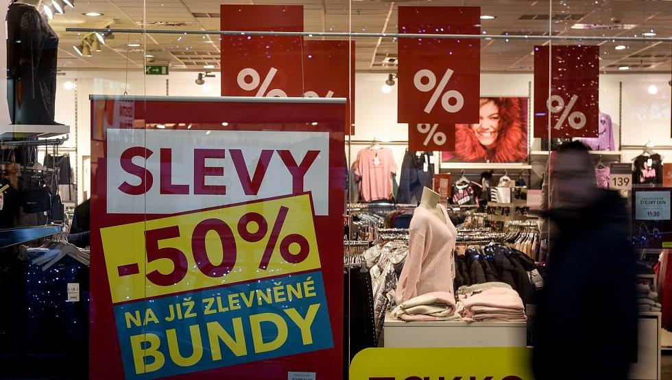 Povánoční slevy a nákupy. Ilustrační foto.