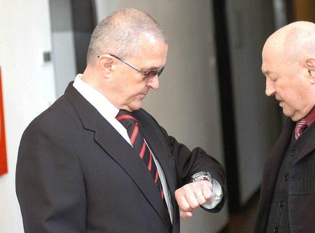 Antonín Krumnikl (na snímku vlevo) čeká na ostravském krajském soudu na rozsudek