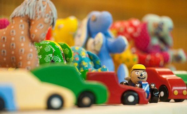 Vězni zheřmanické věznice vyrobili hračky pro děti, které postihlo neštěstí