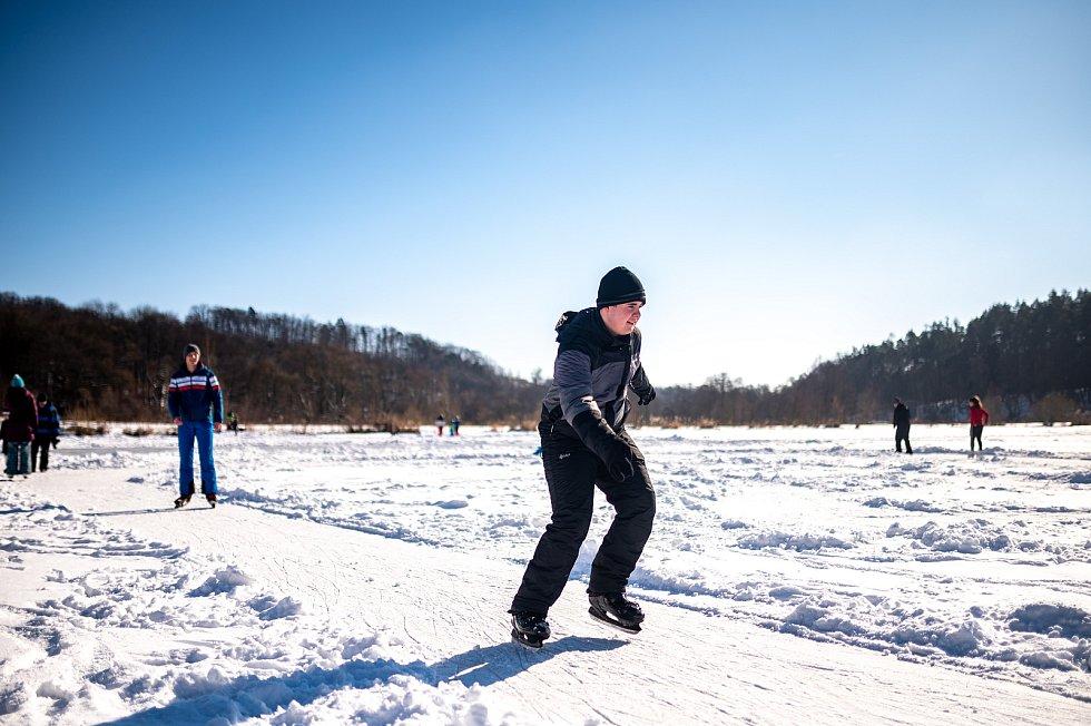 Bruslaři na zamrzlém rybníku ve Zbyslavicích. 14. února 2021.