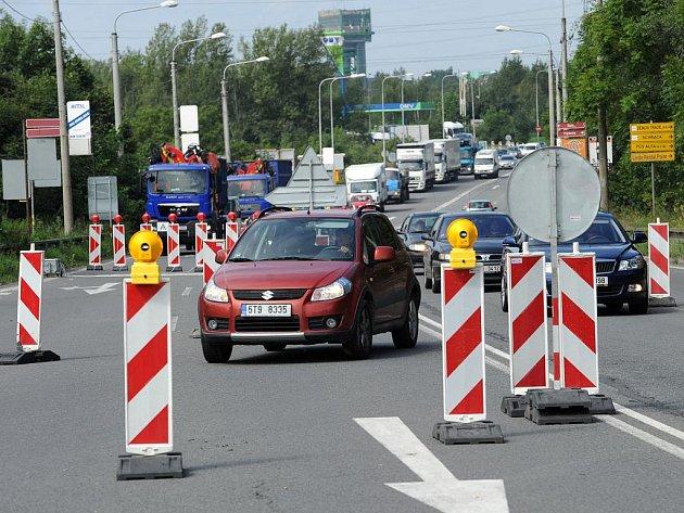 V době dopravní špičky není cesta po dočasně zúžené Rudné žádná idylka.