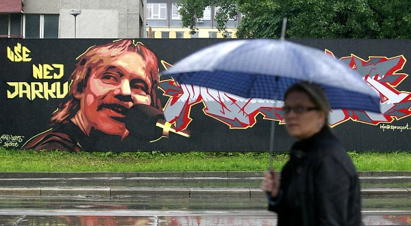 VNádražní ulici vOstravě vznikla působivá gratulace neznámého autora.