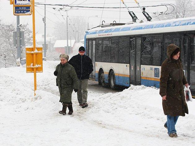 Hromady sněhu lidem v Ostravě komplikují život.