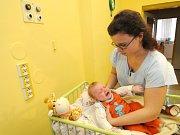 Maminka Aneta Tokarčíková si odnáší dceru Barborku z Domečku domů.