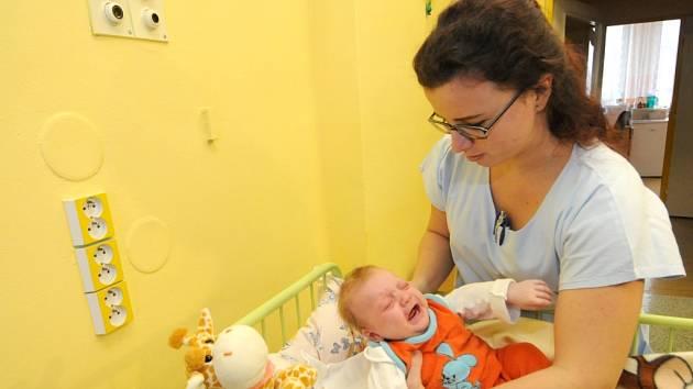 Holčička, která byla odložena v ostravském babyboxu, na snímku z ostravské městské nemocnice