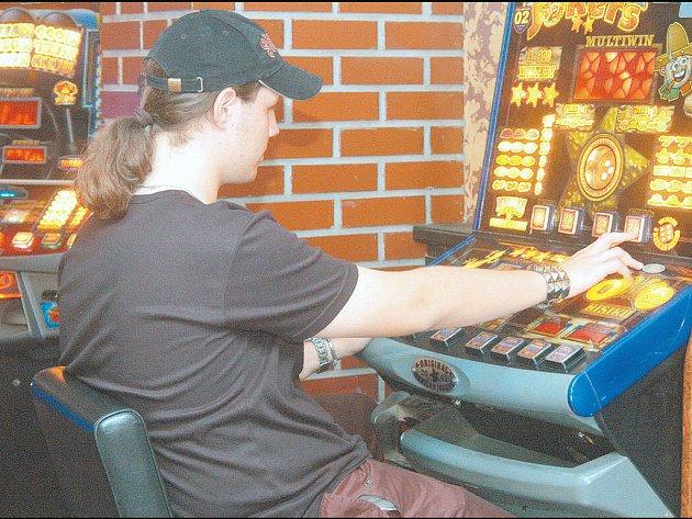 VÝHERNÍ AUTOMATY LÁKAJÍ. Automaty, které nabízejí okamžitou možnost výhry, jsou pro řadu lidí obrovským lákadlem. Přístroj je nenasytný a prohrané částky rostou.