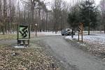 Řádění vandala v Bělském lese nebere konce. Policisté po něm marně pátrají.