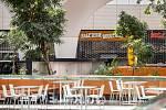 Uzavřené restaurace a rychlé občerstvení v nákupním centru Forum Nová Karolina, 21. dubna 2020 v Ostravě.