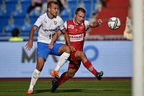 Utkání 4. kola první fotbalové ligy: FC Baník Ostrava - FK Pardubice, 19. září 2020 v Ostravě. (zleva) Nemanja Kuzmanovič z Ostravy a Jan Prosek z Pardubice.