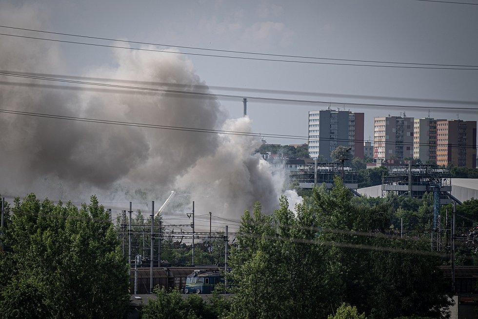 Požár autovrakoviště v Ostravě-Mariánských Horách, 5. července 2021.