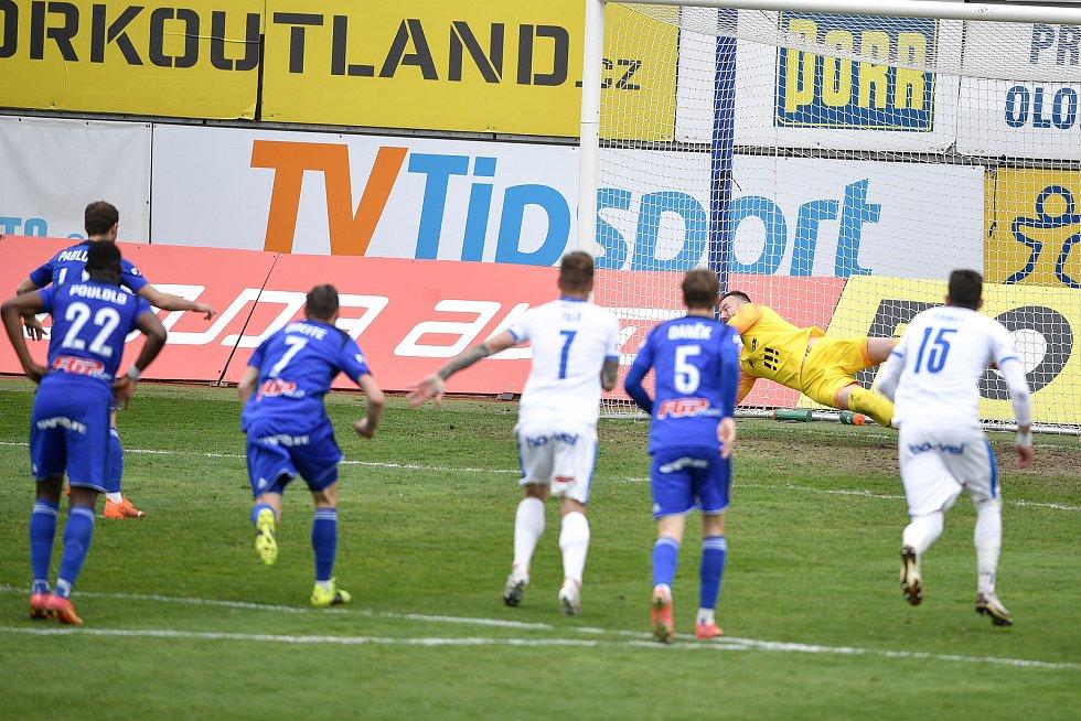 Utkání 29. kola první fotbalové ligy: Sigma Olomouc - Baník Ostrava, 24. dubna 2021 v Olomouci. (zleva) brankář Ostravy Jan Laštůvka chytá penaltu.