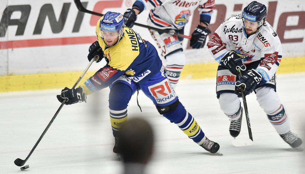 Utkání 32. kola hokejové extraligy: HC Vítkovice Ridera - PSG Berani Zlín, 4. ledna 2019 v Ostravě. Na snímku (zleva) Honejsek Antonín a Šimon Stránský.