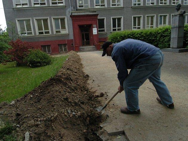 Na úpravách školy v Ostravě-Kunčičkách pracovalo několik občanů, kteří si odpykávali svůj trest v podobě veřejně prospěšných prací.