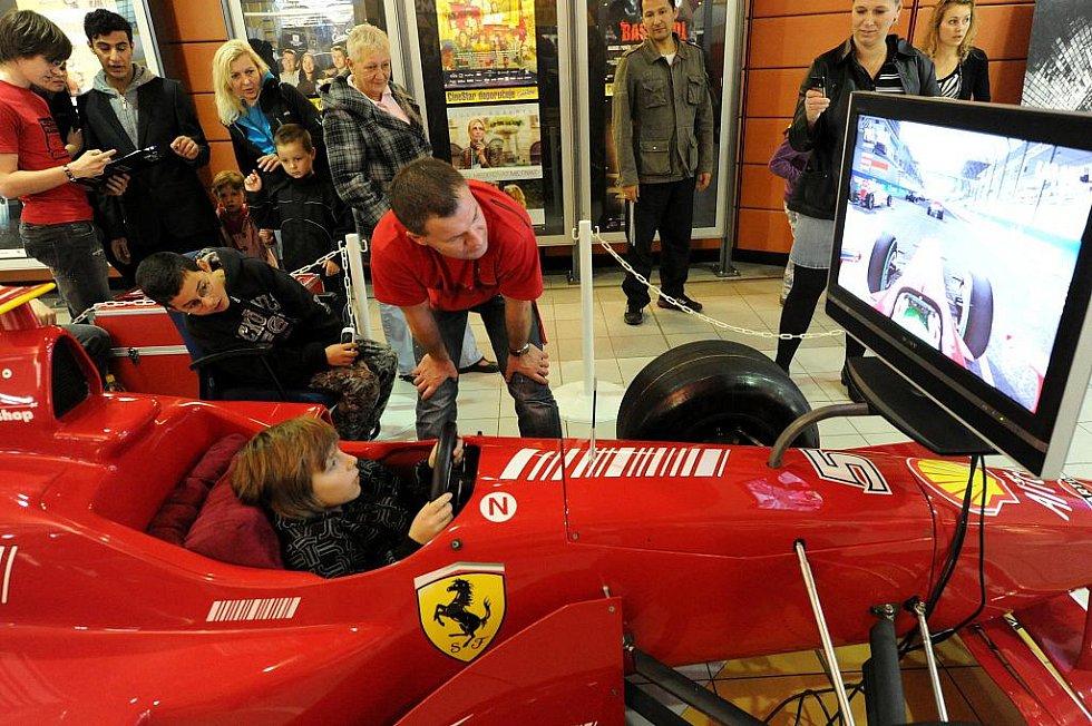 Sportovní vozy prestižních světových značek zaparkovaly v obchodním centru Futurum v Ostravě. Automobily v celkové hodnotě převyšující deset milionů korun si návštěvníci mohou prohlédnout v rámci speciální výstavy