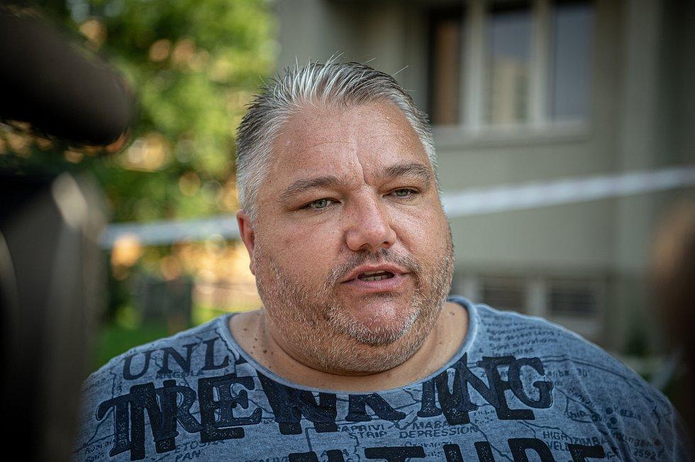Panelový dům ve kterém v sobotu 8. srpna při požáru bytu v jedenáctém patře zahynulo 11 lidí, 9. srpna 2020 v Bohumíně. Místostarosta Bohumína Igor Bruzl na tiskové konferenci.