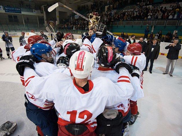Bouřlivá atmosféra na zimním stadionu v Porubě povzbuzovala oba týmy. Vítězství v druhém ročníku Ostravského hokejového derby ale vybojovali hráči Vysoké školy báňské.