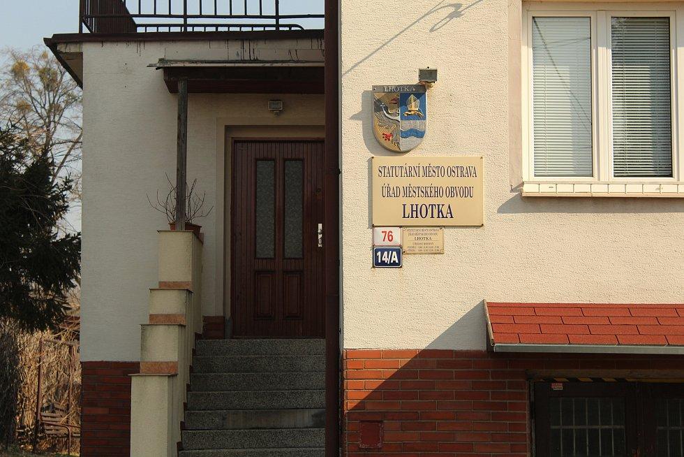 Budova úřadu ve Lhotce.
