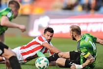 NIC NEVYPUSTIL. Milan Baroš (v pruhovaném), kapitán fotbalového Baníku Ostrava, byl i v ligové dohrávce proti Plzni soupeřům hodně nepříjemným protivníkem. Na snímku bojuje o míč s Romanem Hubníkem.