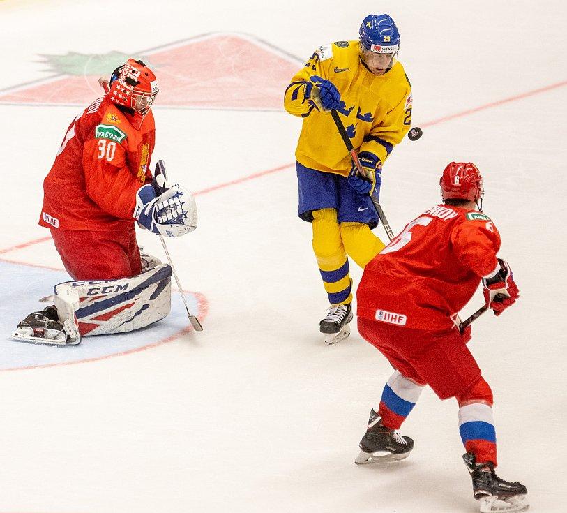 Mistrovství světa hokejistů do 20 let, semifinále: Švédsko - Rusko, 4. ledna 2020 v Ostravě. Na snímku (zleva) brankář Ruska Russia Yaroslav Askarov, Linus Nassen (SWE), Danil Pylenkov (RUS).