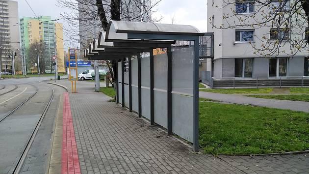 Rok 2021. Holé zastávky bez laviček. Do budoucna by zde mohly být opory ve stání.