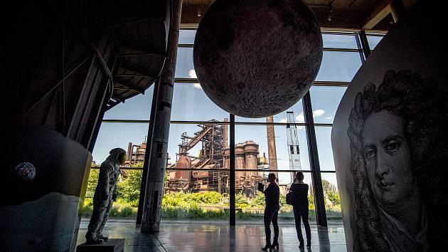 Ve Velkém světě techniky v Dolních Vítkovicích byla novinářům představena expozice Man on the Moon a také nová podoba Světa civilizace, 2. června 2021 v Ostravě. Na místě je i replika (vlevo) skafandru prvního člověka na Měsíci Neila Armstronga, která byl