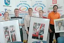 Zajímavé dárky v podobě komiksů obdrželi ambasadoři Zlaté tretry Sergej Bubka (druhý zleva) a Jan Železný (třetí zleva). Javier Sotomayor (druhý zprava) dostal svůj portrét.