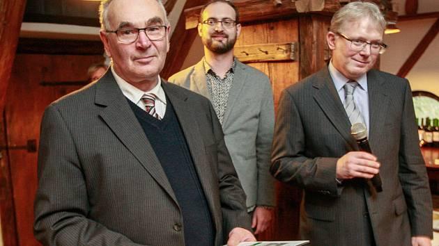 MARTIN KŘÍSTEK z Klubu ostravských vínobuditelů K.A.H.A.N. (na snímku vpravo).