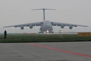 Americký vojenský letoun C-5 Galaxy při příletu na Dny NATO 2009 v Mošnově.