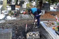 V mrazech hrobníci při své práci využívají i bourací kladivo. Jiří Schönfeld začíná hloubit jámu v areálu vítkovického hřbitova.
