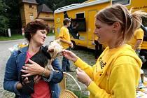 Pracovníci pojízdné veterinární poradny ve středu v ostravském Bělském lese zájemcům zdarma kontrolovali stav chrupu jejich psů.
