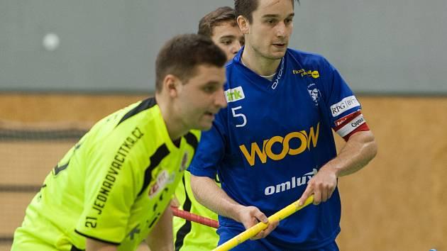 Obránce florbalistů Vítkovic Pavel Brus (na snímku v modrém).