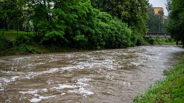 Na třetí stupeň povodňové aktivity vystoupala 19. června 2020 řeka Jičínka v Novém Jičíně. Ilustrační foto.