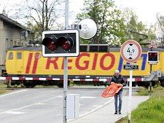 Pilotní test ve Studénce. Zdvojení výstražných světel by mohlo úspěšněji zabránit tomu, aby řidiči vjížděli do kolejiště ve chvíli, kdy už spustilo zabezpečovací zařízení.