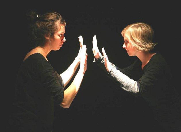 Záběr z představení souboru DOT504 nazvaného Exit Of Us