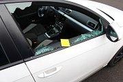Zloději si nebrali servítky. Rozbili boční okno a navigaci vyrvali.