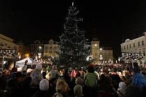 Rozsvícení vánočního stromu, zahájení vánočních trhů a otevření veřejného kluzistě. Takové bylo sobotní odpoledne na Masarykově náměstí v Ostravě.