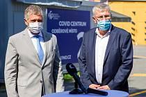 Jiří Havrlant (na snímku vpravo) při slavnostním otevření Covid centra ve Fakultní nemocnici Ostrava s hejtmanem MS kraje Ivo Vondrákem.