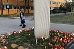 Svíčky a slzy před budovou Polikliniky u Fakultni nemocnice Ostrava.