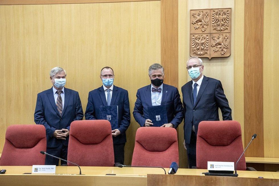 Podpis koaliční smlouvy lídry stran (zleva) Petr Kajnar (ČSSD), Jakub Unucka (ODS), Ivo Vondrák (ANO), Jiří Carbol (KDU-ČSL).