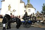 Až pětadvacetkrát do roka vyjede pohřební kočár pana Vítězslava Dernického z Nové Bělé, aby odvezl zesnulého na místo posledního odpočinku.