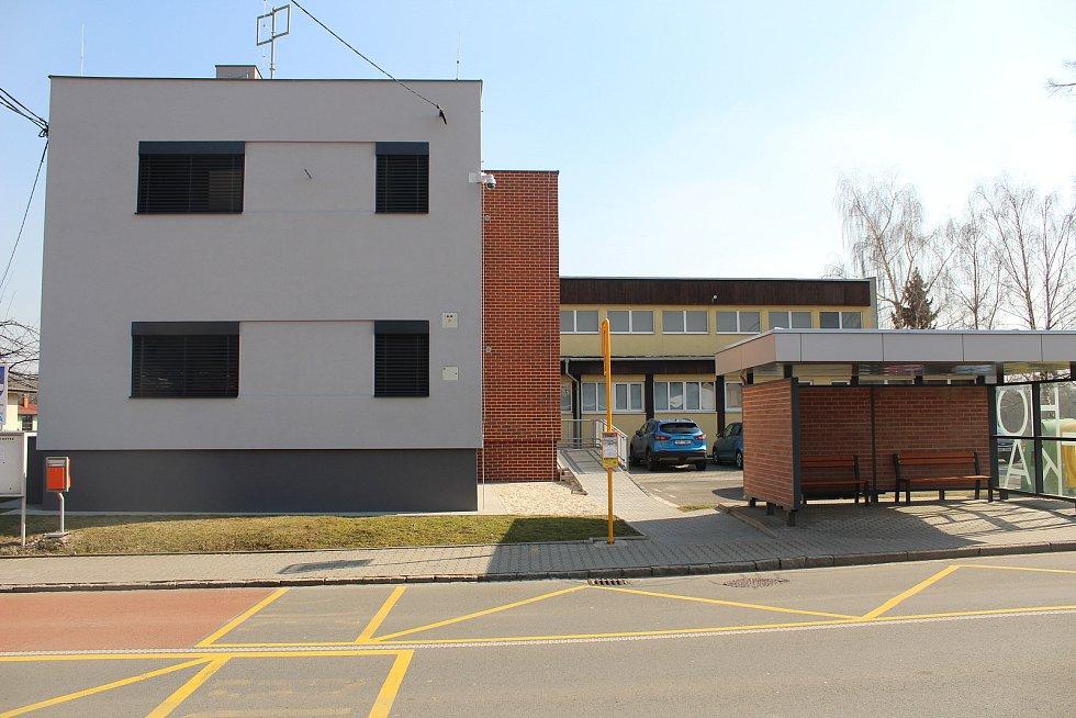Budova zubní ordinace zubařů Denkových, kde se při registraci pacientů stála dlouhá fronta.