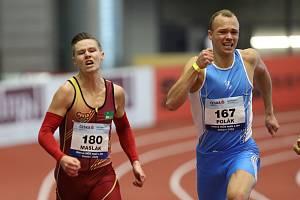 Halové mistrovství ČR mužů a žen v atletice, 21. února 2021 v Ostravě. Vítěz závodu na 200m mužů Pavel Maslák (vlevo).